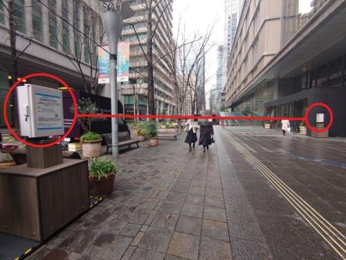 丸の内の歩道に設置された人流の測定器。赤外線で通行人の数や向きをとらえる(写真:日経クロステック)