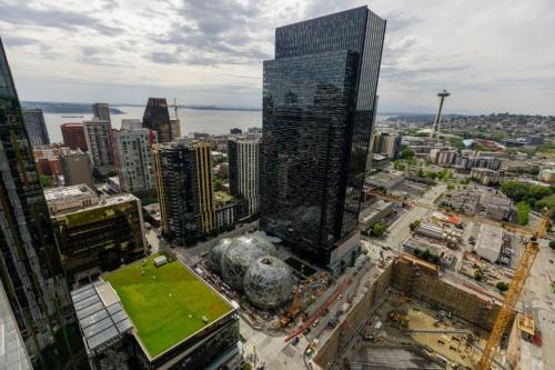 球状の建物が、アマゾンのシアトル本社に設けたスフィア。写真は建設中の様子(写真:Amazon.com)