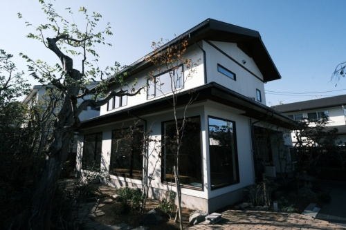 2020年12月から電気の発電量と消費量を測定している浜松市内の住宅。築30年のOMソーラー住宅を断熱改修した(写真:OMソーラー)