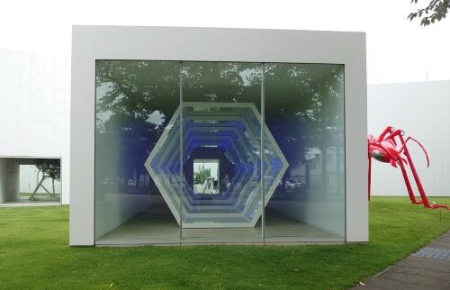 十和田市現代美術館は「白い箱」のような建物が点在する配置になっている。常設作品の一部は、1箱に1つといった具合に部屋を分けて展示されている(写真:日経クロステック)