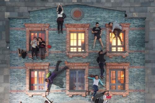 レアンドロ・エルリッヒ氏のトリックアート「建物」のシリーズ。画像は参考作品(資料:レアンドロ・エルリッヒ《Shikumen》 2013, Shanghai International Art Festival, Shanghai, China、Leandro Erlich Studio)