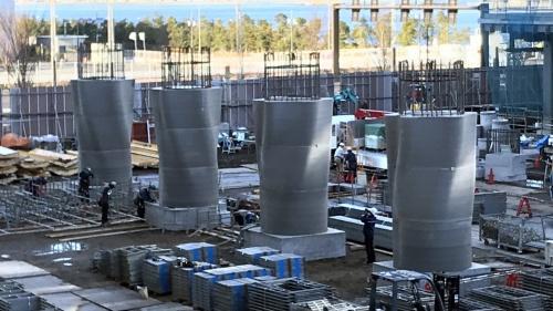 ラクツムを3Dプリントした型枠を用いて、ねじれた曲面を持つ柱を施工する様子(写真:清水建設)