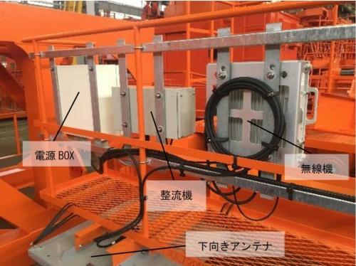 運転席の下に位置する下部フレームに設置した通信機器や電源装置(写真:戸田建設)