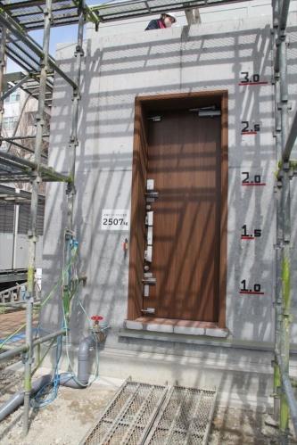 水深が3mになると玄関ドアには2507kgfもの水圧がかかる(写真:日経アーキテクチュア)