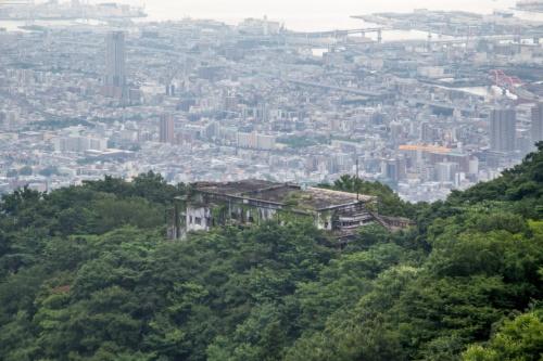 旧摩耶観光ホテルは六甲山地の中央に位置する摩耶山の中腹にある。奥に見えるのは神戸市の市街地。夜景が売りのホテルだった(写真:前畑洋平・温子)