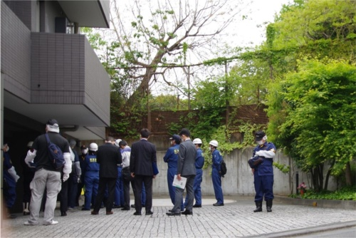 事故翌日の2021年4月16日、警察や消防による現場検証が始まった。同日撮影(写真:日経クロステック)