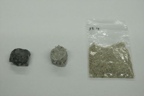 ケイ砂から製造した硬化体(左の2つ)と原料のケイ砂。通常の方法で製造した硬化体(中央)に加えて、加熱して強度を高めた硬化体(左)を製造した(写真:日経クロステック)