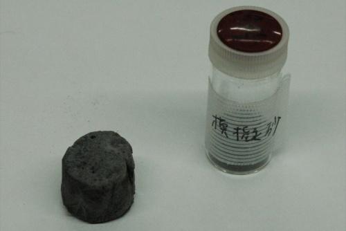 月の模擬砂から製造した硬化体と原料の月の模擬砂。模擬砂はニチレキから提供された(写真:日経クロステック)