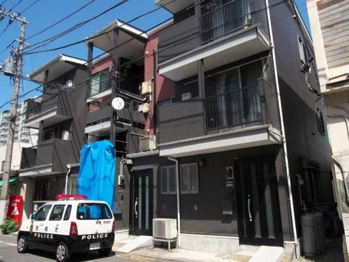 事故があったアパートの外観。ブルーシートで覆われているのが、階段が崩落した箇所だ(写真:池谷 和浩)