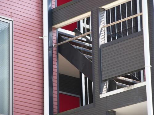 道路から見た階段と踊り場。鋼製の階段部材が床に架けられているのが分かる(写真:池谷 和浩)