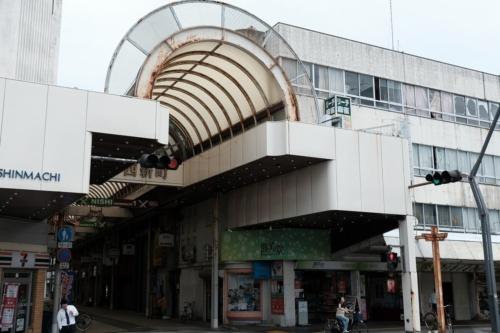 徳島市新町西地区の商店街の様子。2020年6月撮影。平日の昼間からシャッターが下りた店が多い(写真:新町西地区市街地再開発組合)