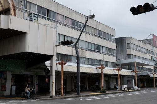 商店街の周辺では老朽化した建物が目立つ。2020年6月撮影(写真:新町西地区市街地再開発組合)