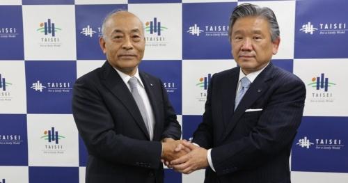 大成建設の村田誉之前社長(左)。2020年5月に相川善郎氏(右)への社長交代を発表した際の写真(写真:大成建設)