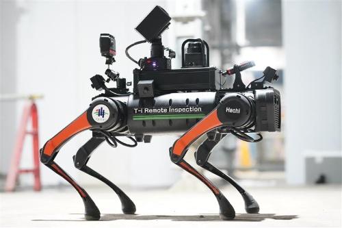 カメラやスピーカー、マイクを搭載して現場の作業者と通話ができる(写真:大成建設)
