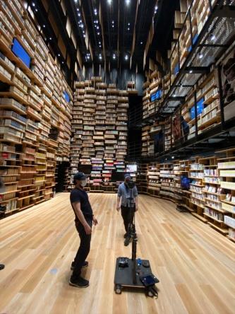 角川武蔵野ミュージアム内の「本棚劇場」で撮影に必要な機材をセッティングする様子(写真:宮沢 洋)