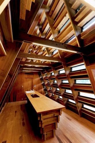 富山県南砺市利賀村に19年10月に完成した「まれびとの家」。VUILDが持つデジタル技術によって地域の伝統構法である合掌造りをアップデートした。小さくて軽いパーツによる構法を考案し、敷地周辺の未活用の木材をShopbotで加工して建設した。20年度の「グッドデザイン金賞(経済産業大臣賞)」を受賞している(写真:日経クロステック)