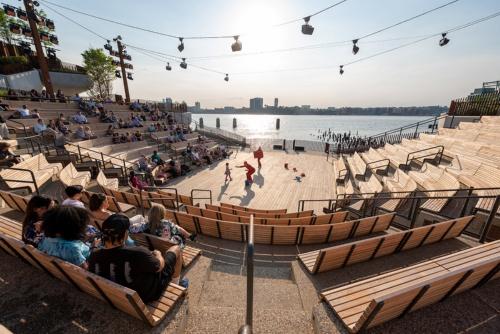 高低差のある地形を生かしハドソン川に面して設けた約700席の屋外アンフィシアター。ニューヨーク・シティ・バレエの作品上演などを予定している(写真:Timothy Schenck)