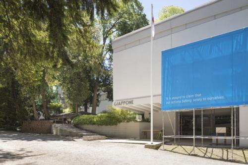 「第17回ヴェネチア・ビエンナーレ国際建築展」日本館の外観。単管パイプとブルーシートが印象的だ。2021年5月20日に撮影した(写真:Alberto Strada、国際交流基金)