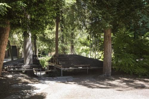 「高見澤邸」の屋根をつくり替えたベンチ。高さや垂木部分の素材を変更してつくった。2021年5月20日に撮影した(写真:Alberto Strada、国際交流基金)