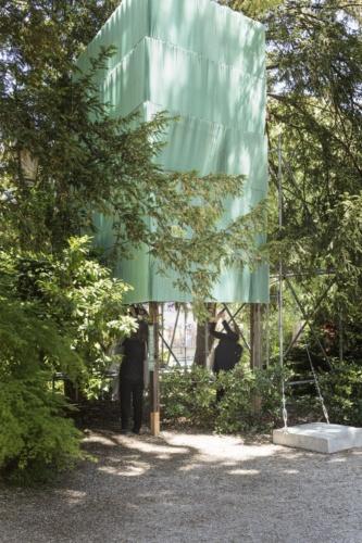 「高見澤邸」の外壁をつくり替えたスクリーン。メッシュ素材は「高見澤邸」の外壁と同じ色に染めた。2021年5月20日に撮影した(写真:Alberto Strada、国際交流基金)