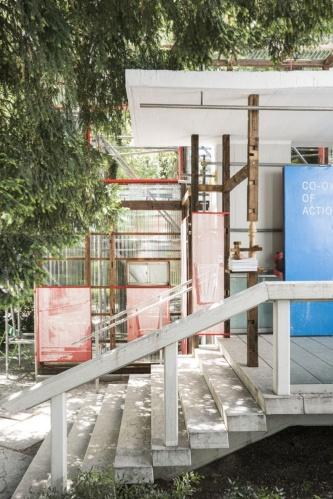 「高見澤邸」のトタン壁をつくり替えた展示壁面。デジタル技術を活用してつくった部品を使用している。2021年5月20日に撮影した(写真:Alberto Strada、国際交流基金)