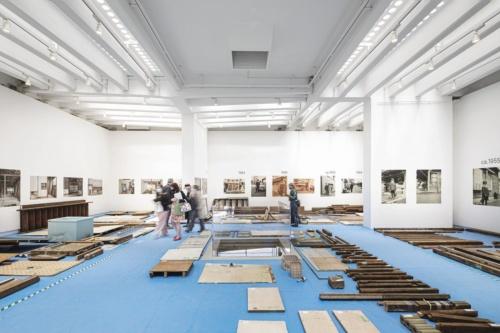 日本館内部の展示の様子。部材を年代順に並べて展示している。壁面には部材同様に、「高見澤邸」に関連する写真を年代順に展示している。2021年5月20日に撮影した(写真:Alberto Strada、国際交流基金)