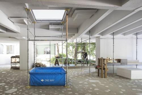 日本館のピロティの様子。長坂常氏らが開発した丸のこ旋盤加工台が置いてある。丸のこ旋盤加工台自体も現地でつくった。2021年5月20日に撮影した(写真:Alberto Strada、国際交流基金)