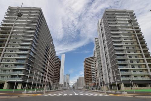 選手村居住ゾーンの中央を走る大通りを南西側から見通す(写真:日経アーキテクチュア)