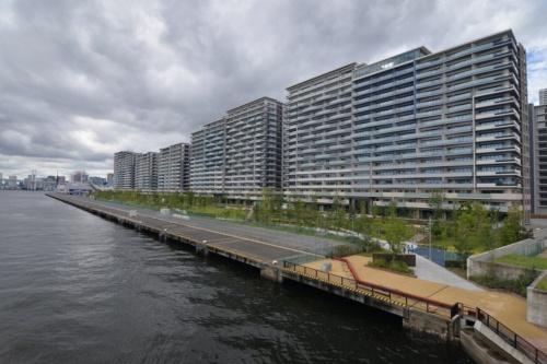 選手村を豊洲大橋から見る。海沿いには全長900mの晴海緑道公園を整備した(写真:日経アーキテクチュア)