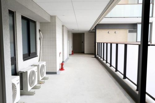 車椅子もすれ違える、幅員の広い共用廊下(写真:Tokyo 2020)
