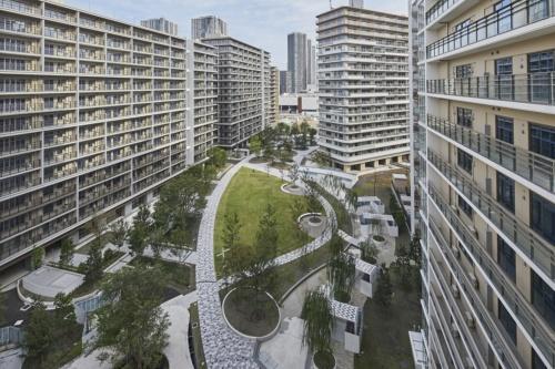 棟間に配置した公園を見下ろす(写真:Tokyo 2020)