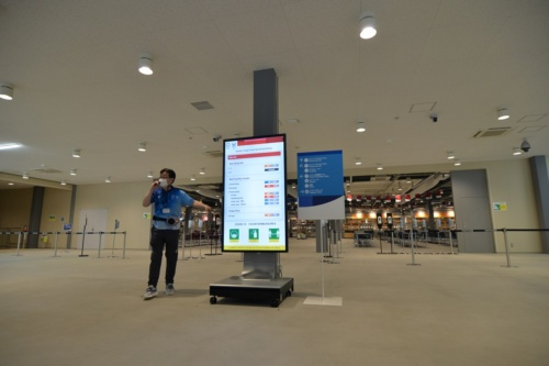 メインダイニングホールの入場口に混雑状況を表示するサイネージを設置した(写真:日経アーキテクチュア)