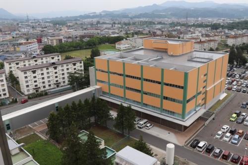 山形大学医学部東日本重粒子センターの外観。設備設計のミスが原因で改修工事が必要になり、稼働開始が遅れた(写真:山形大学)