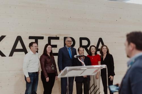 カテラがワシントン州スポケーンバレーに建設したCLT(直交集成板)工場のオープニングイベントの様子。中央の背の高い人物はワシントン州のジェイ・インスレー知事。その右の人物がカテラのマイケル・マークスCEO(当時)(写真:Katerra)