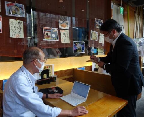 建築会館に入居する飲食店への助言の様子。カイト建築設計工房(東京・練馬)の伊東利孝代表と楓設計室(東京都八王子市)の加藤陽介代表が、換気設備の確認や測定などに携わった。両者ともすでに数件、換気アドバイスを実施した経験がある(写真:日経クロステック)