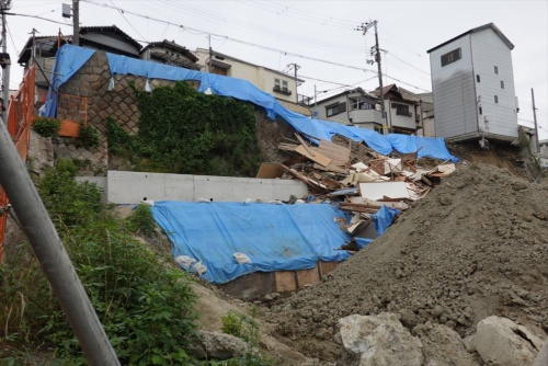 崩落事故現場の様子。崖下がサービス付き高齢者向け住宅の建設現場。6月26日に撮影(写真:日経クロステック)