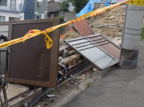 最初に崩落した住宅の水道管は破損していた。崩落前にも水漏れが確認されている。6月26日に撮影(写真:日経クロステック)