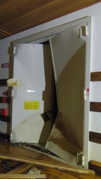 浸水時に大きく損傷した川崎市市民ミュージアム地下収蔵庫の扉(写真:川崎市)
