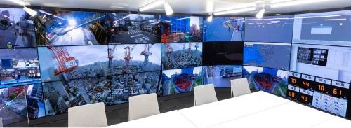 大型ディスプレーが並ぶ統合監視室「Smart Control Center」(写真:清水建設)