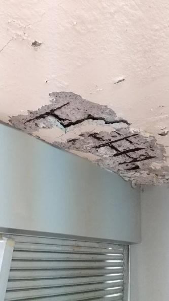 大阪市立平野中学校のプール更衣室の天井。鉄筋がさびて、コンクリートが浮いた状態になっている(写真:大阪市教育委員会)