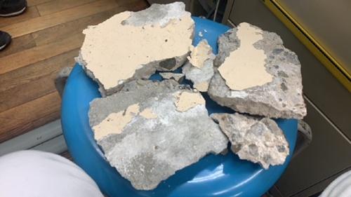 落下したコンクリート片は重さ約2.5kg。約2.2mの高さから落下し、生徒の頭を直撃した(写真:大阪市教育員会)