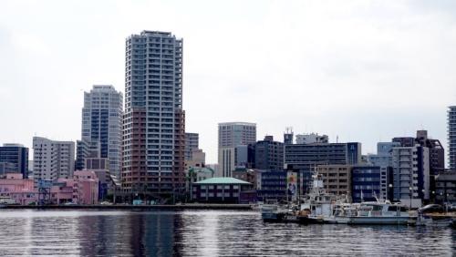 福岡市中央区に位置する超高層マンション「カスタリア大濠ベイタワー」。築15年だが、解体に伴う退去の案内が住人に届いた(写真:日経クロステック)
