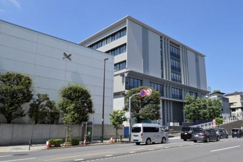 開成学園の校舎。写真右が2021年5月末に完成した新校舎(写真:日経アーキテクチュア)