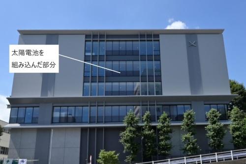 開成学園の新校舎の南側外観。太陽電池を組み込んでいる部分が黒く見える(写真:日経アーキテクチュア)