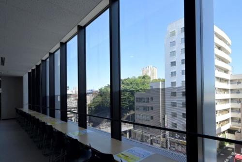 ガラス下部の黒いしま模様がある部分に太陽電池を組み込んでいる(写真:日経アーキテクチュア)