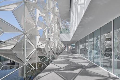 日本館のエントランスから入り、左手に抜ける通路。床にファサードの影が模様をつくる(写真:2020年ドバイ国際博覧会日本館広報事務局)