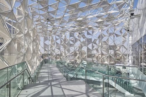 入場前の待機場所になる吹き抜け空間のスロープ。手すり用の壁ガラスを採用している(写真:2020年ドバイ国際博覧会日本館広報事務局)