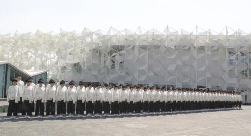 開幕直前の内覧会で、エントランスに整列したアテンダント(写真:2020年ドバイ国際博覧会日本館広報事務局)