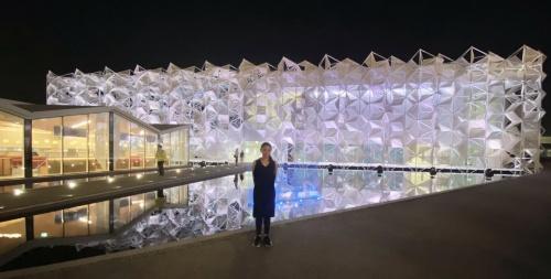 開幕直前の21年9月に現地を訪れた、設計者の永山祐子氏。現場確認のなかでも、夜間照明のチェックが大きな目的だった(写真:永山祐子建築設計)