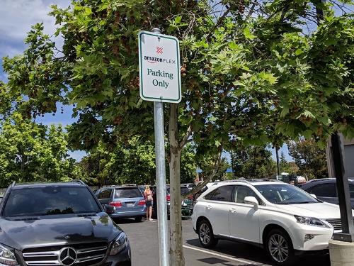 一般人による配達サービス「Amazon Flex」専用駐車ゾーンを示す表示